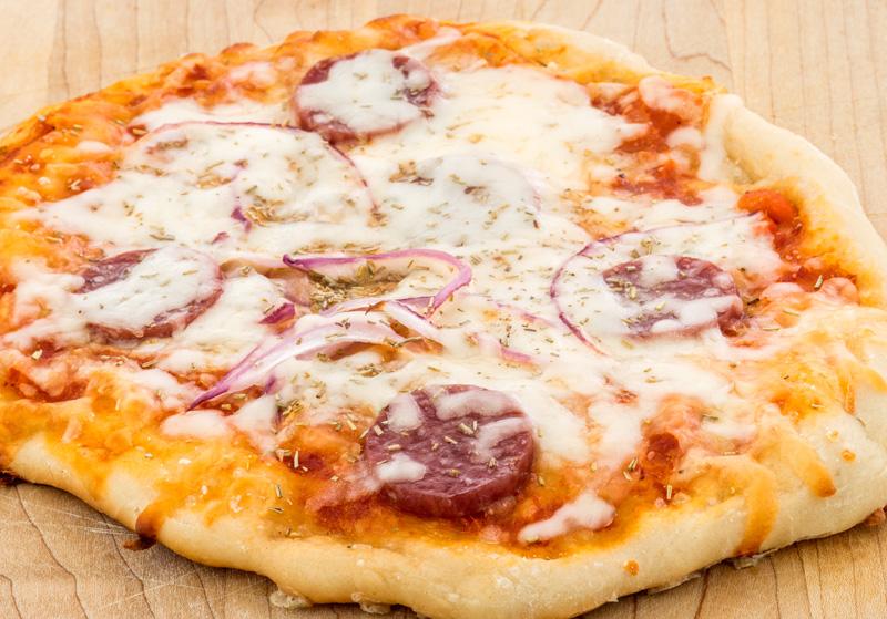 Pizza de chorizo y cebolla
