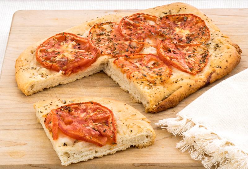 Focaccia con hierbas y tomates