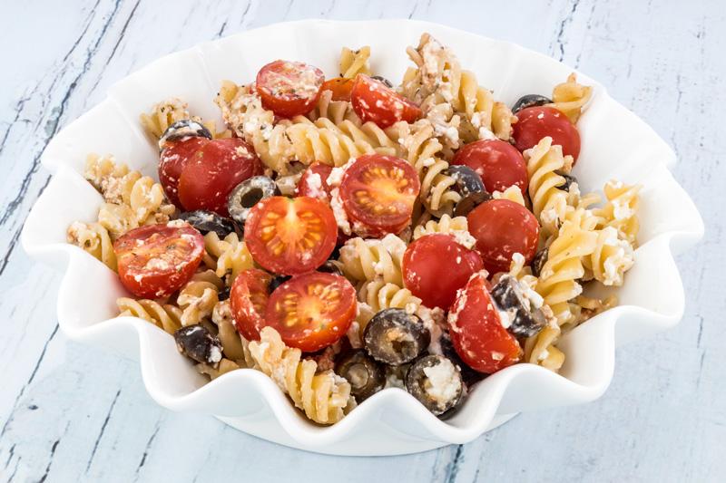 Ensalada de pasta con tomates y aceitunas